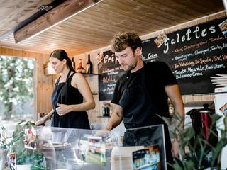 Stilvoll eingerichteter Crepe-Stand im Retrodesign mit schöner Deko, umweltfreundlicher Verpackung und gesunden Lebensmitteln