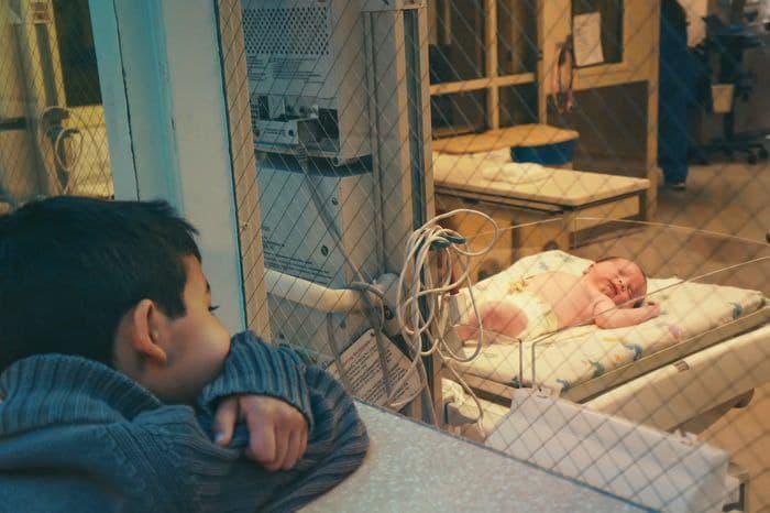 hermano mayor observando bebe