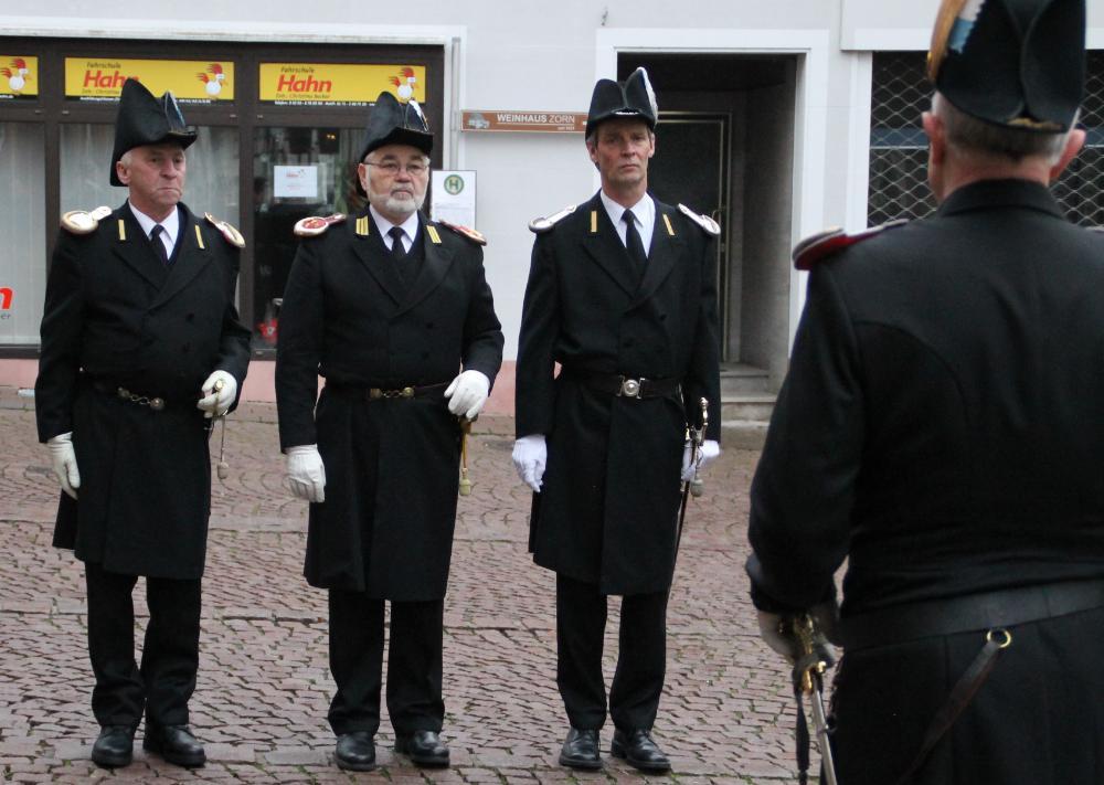 Es gibt zwei Leutnants im Sebastianiverein. Einer ist Zugführer des zweiten und einer des dritten Zuges. Beide haben das Kommando über ihren jeweiligen Zug. Wie der Oberleutnant haben sie einen Säbel und einen Schiffshut. Sie haben einen goldenen Streifen auf dem Gehrock und silberne Schulterstücke.