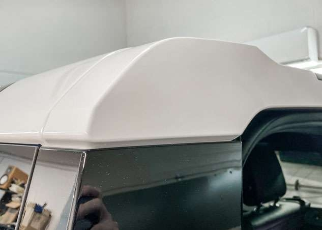 Blue Land Rover Defender roof in white after vinyl wrapping