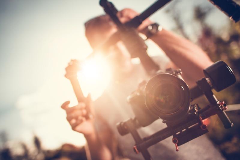 persona creativa con videocamera in mano