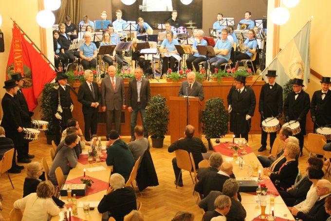 Neben vielen Stücken der Musikkapelle gibt es an dem Abend auch die Ehrungen. Hier wurde Tambourmajor Bernhard Kohlhepp geehrt