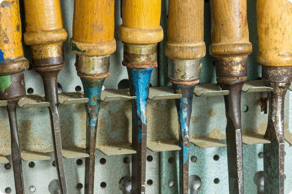 Industrie du futur 4.0 - Série de vieux ciseaux à bois de menuisier rangés côte à côte