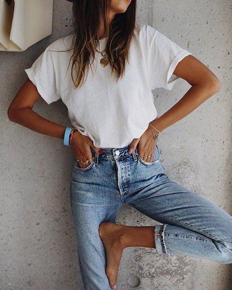 Femme en t-shirt blanc et jean slim