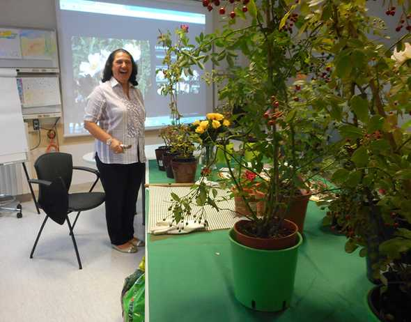 Una volontaria all'incontro di giardinaggio.