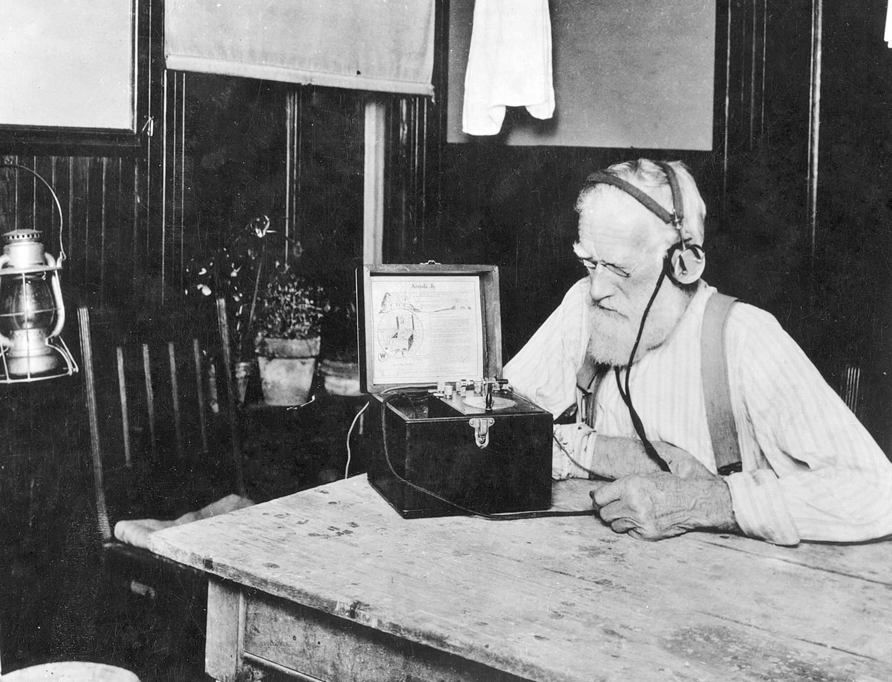 Фермер слушает передачу из Вашингтона в 1923 году. Источник: deborahheal.com