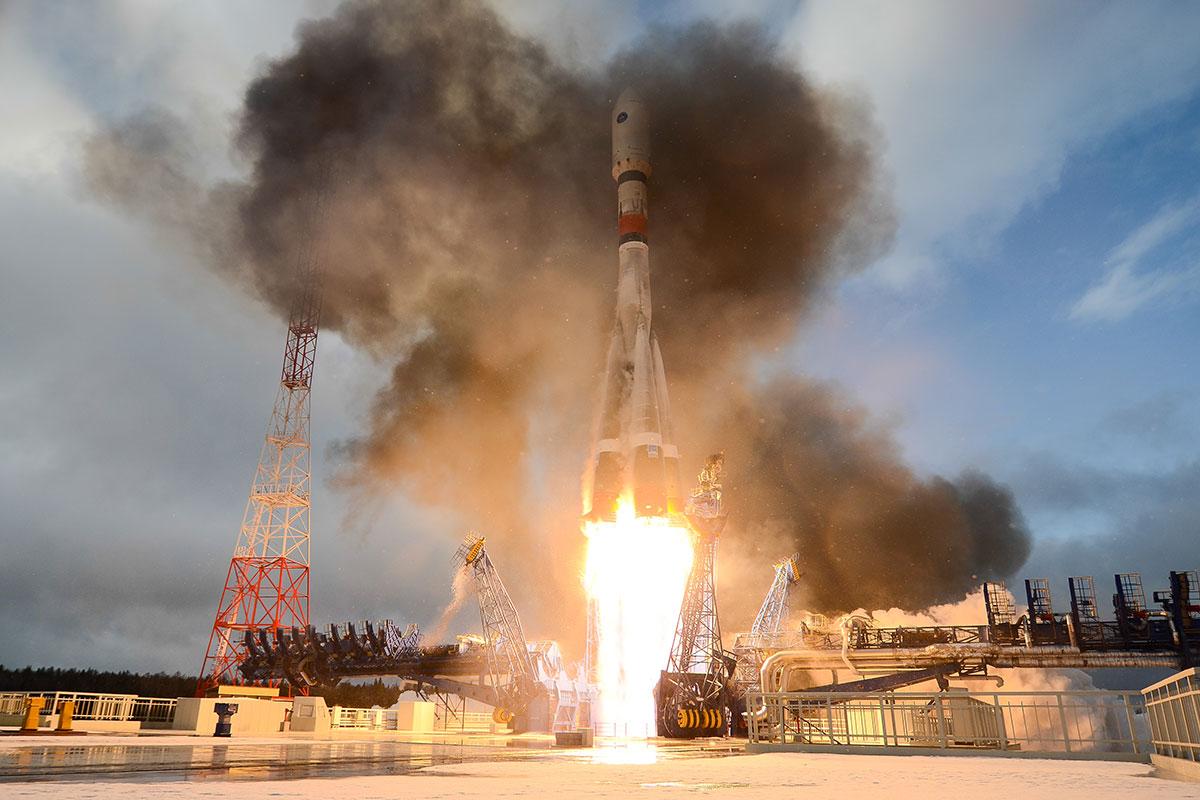 Imaginea 1: Lansarea rachetei Soyuz-2.1a cu satelitul militar Meridian-M9, de pe rampa 43⁄3 de la cosmodromul miltar Plesetsk (sursă foto: Roscosmos).