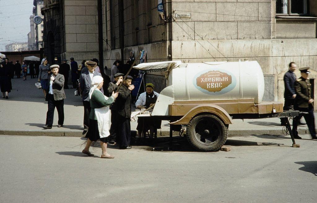 Бочка с квасом, 1959 год. Фото: Харрисон Форман, russiainphoto.ru