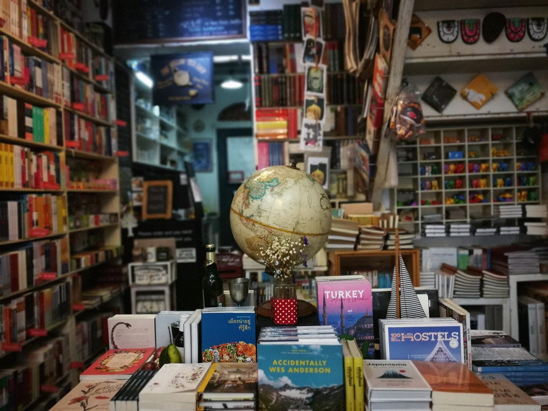 Стеллаж с книгами о путешествиях в магазине Passport Bookshop, Бангкок, Таиланд. Источник: фейсбук-страница магазина