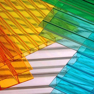 Il policarbonato si trova anche in forma alveolare in lastre di diversi spessori e colori