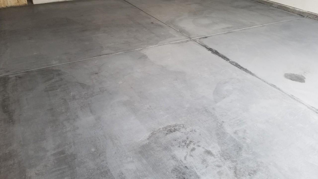 pressure-washing-residential-garage-floor--before