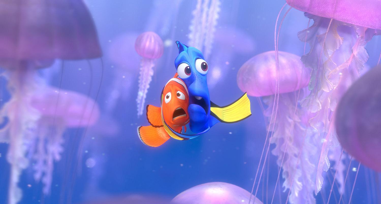 Marlin e Dory se veem cercados de águas vivas