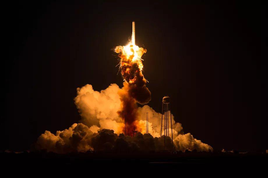 Figure 1: Explozia rachetei Antares-130, la 6 secunde după lansare, datorită unor probleme a pompei motoarelor AJ26-62. Sursa foto: NASA.