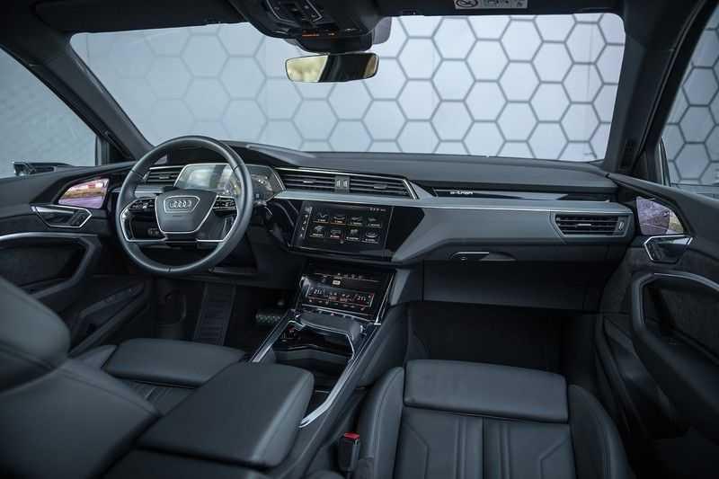 "Audi E-tron 55 e-tron quattro Advanced Pro Line S DECEMBER 2018!! € 146,- netto bijtelling pm! Head-up + B&O etc. Tot januari 2024 4% bijtelling!! Prijs inclusief 22"" velgen afbeelding 7"