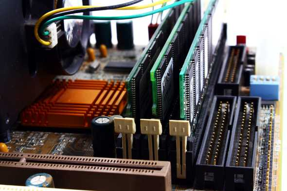 Moederboard met cpu en ram sticks
