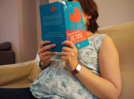 embarazada leyendo