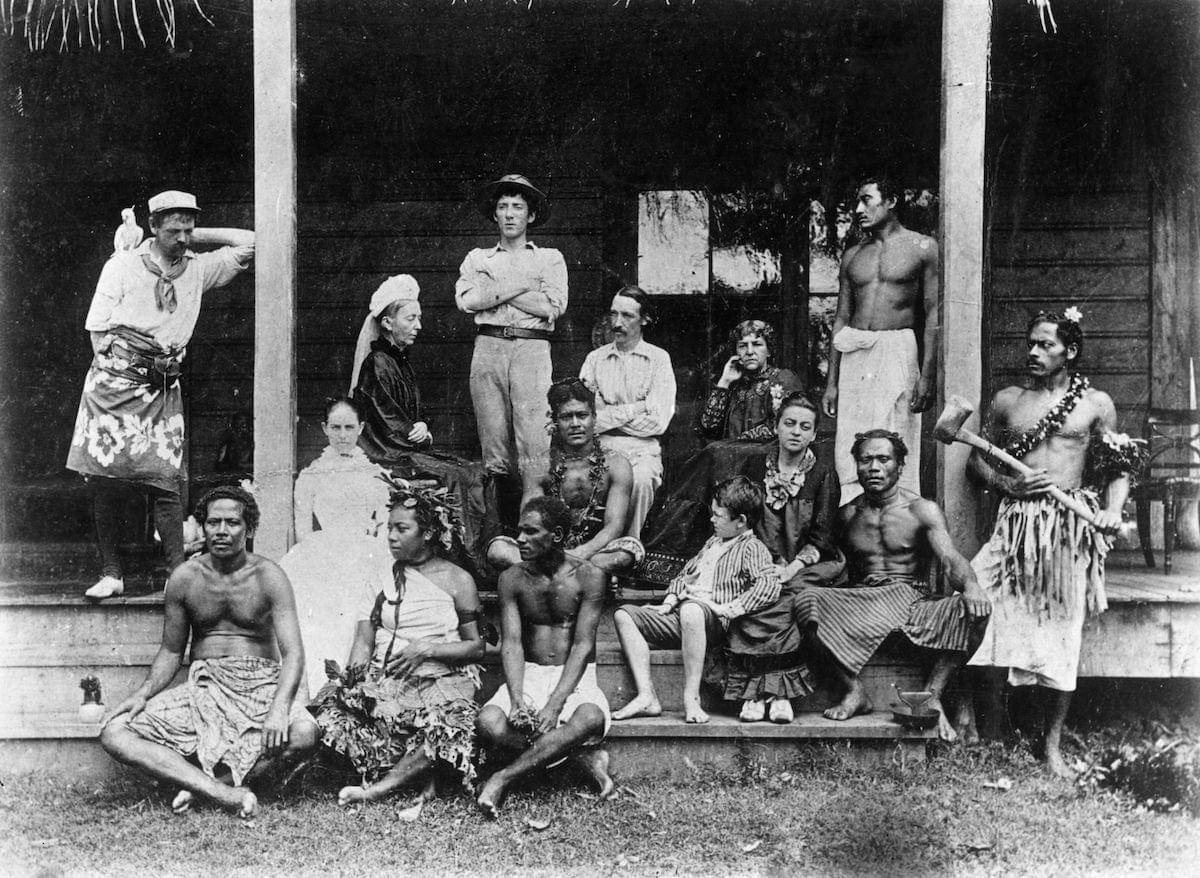 Роберт Льюис Стивенсон ичлены его семьи вВайлиме, Западное Самоа. Взаднем ряду слева направо: Джо Стронг, Маргарет Стивенсон, Ллойд Осборн, Роберт Льюис Стивенсон, Фанни Стивенсон истюард Сими. Падчерица Стивенсона Белль сидит справа всреднем ряду. Фото: Rischgitz / Getty