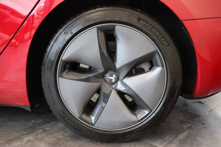 "Tesla Model 3 Long Range | prijs ex.btw 43.760,- | FSD! Rood Zwart Navigatie 18""LM 4% Bijtelling Privacy glas 351 PK! afbeelding 4"