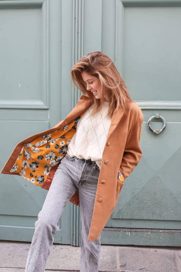 Manteau en cuir marron doublé d'un tissu jaune à fleurs blanches