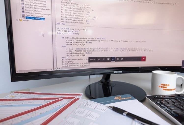 Access-Lernunterlagen und Bildschirm mit VBA-Code aus einem Access-VBA-Kurs