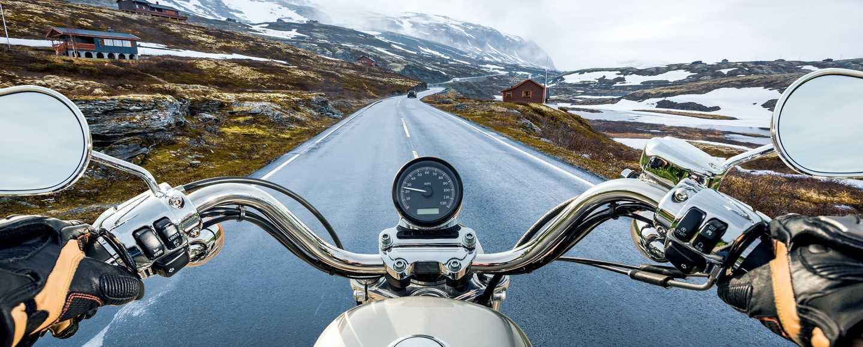 Ein Motorradfahrer genießt die Freiheit der Straße - Finanzielle Freiheit leben