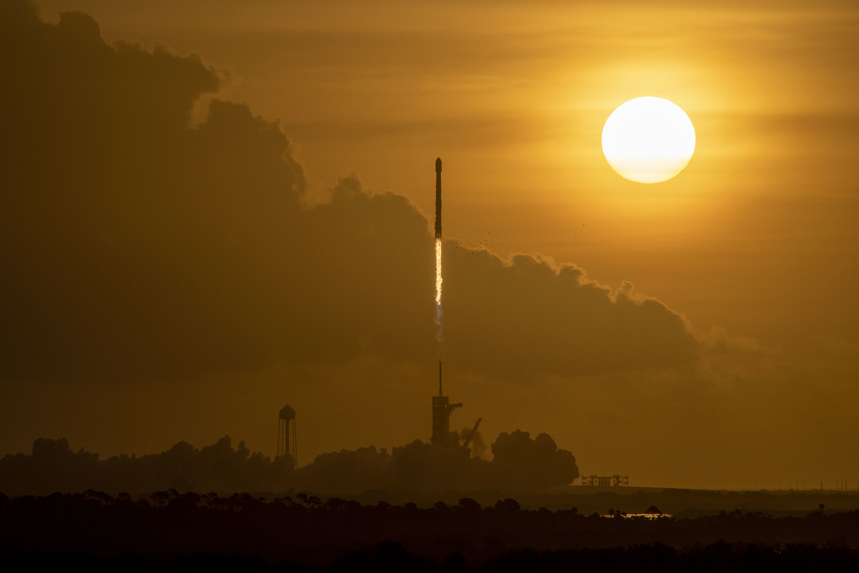 Imaginea 1: Lansarea rachetei Falcon 9 (cu treapta primară B1058 aflată la al treilea zbor) pentru plansarea unui nou lot de sateliți Starlink pe orbită (Sursa foto: SpaceX)