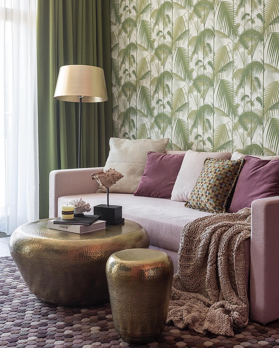 Make Interiors | Уютный уголок в гостиной под пальмами @cole_and_son_wallpapers 🌴☺️ И любимая латунь, с которой интерьер становится таким «теплым»😊 #tropical_holiday65 _______________________________________________________А вы бы сделали себе такие обои?!😍👍🏻 Или все еще за бежевенькие стены??😭😉