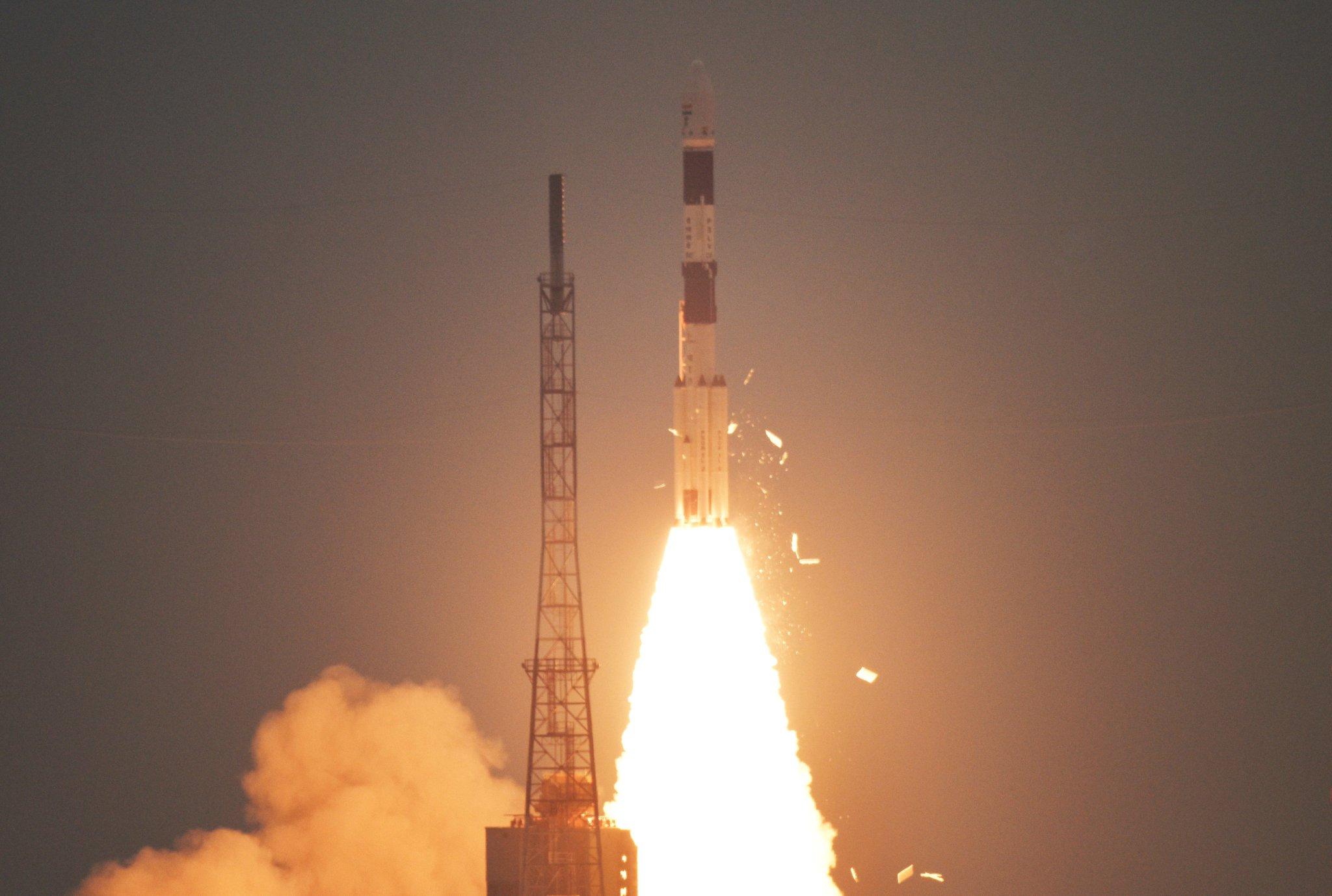Figure 2: Lansarea rachetei indiene PSLV-XL, având la bord satelitul Cartisat-3 și alți 13 nanosateliți ai companiei Planet Labs (Sursă foto: ISRO)