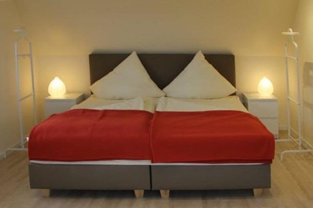 Einblick in das zweite Schlafzimmer auf einen Schreibtisch und ein Bett