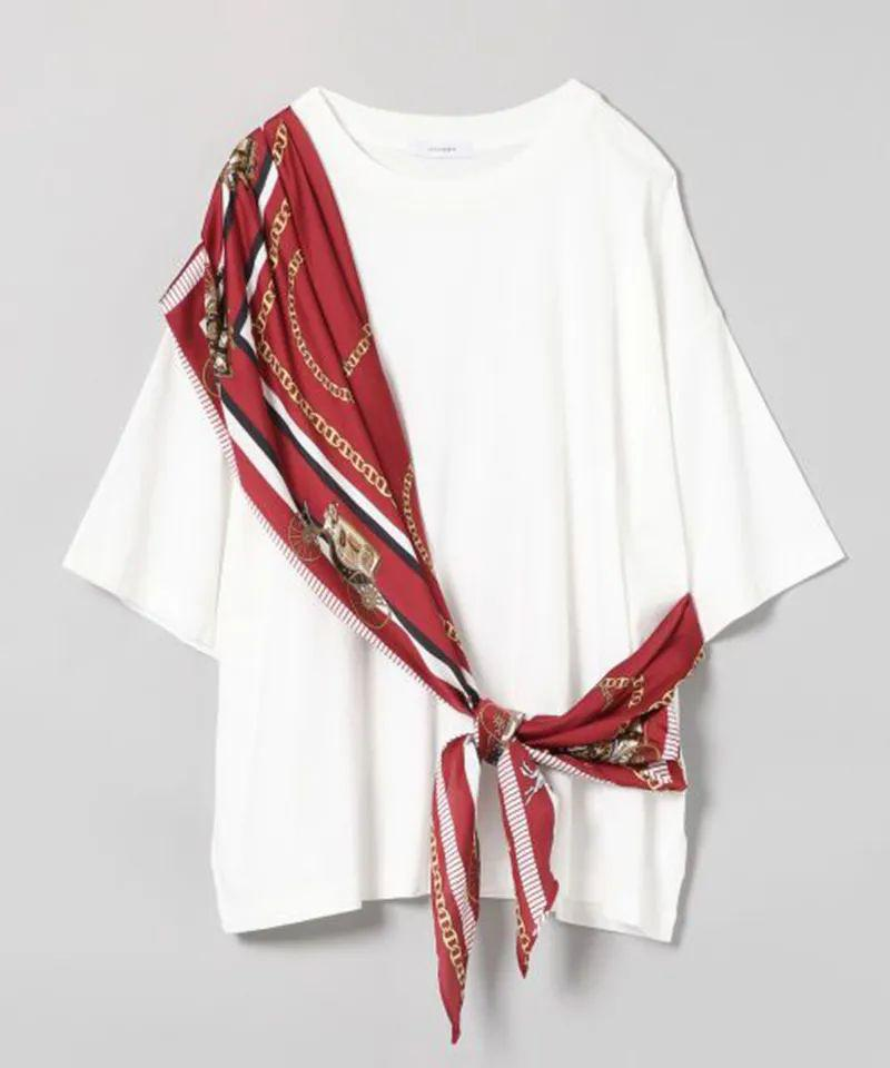T-shirt upcyclé grâce à un grand foulard en soie rouge