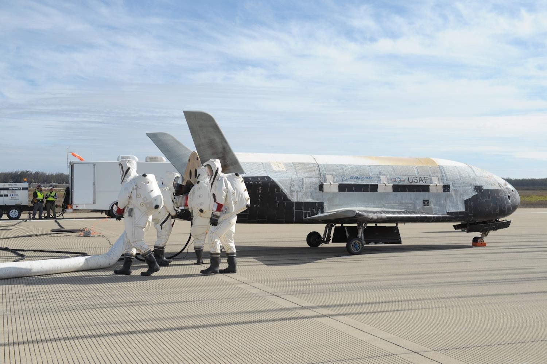 Figure 2: Al doilea vehicul X-37B, după încheierea celei de-a doua misiuni (OTV-4), în 7 mai 2017, pe pista de la Kennedy Space Center (Foto: USAF/Boeing)
