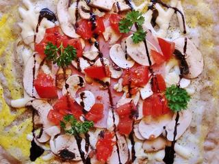 Herzhafte Crepes mit Gouda, Bio-Kochschinken, Tomaten, Bio Champignons, Röstzwiebeln und Balsamico Creme auf recyceltem Verpackungsmaterial