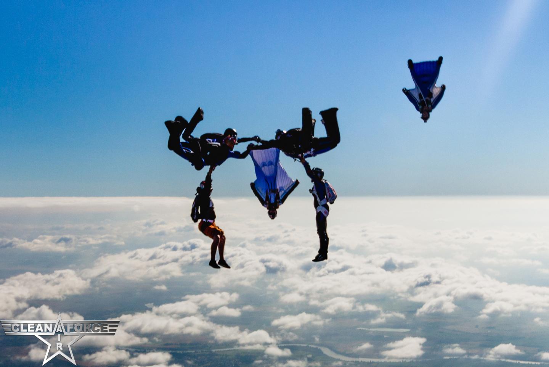 saut en chute libre mixant 3 disciplines du parachutisme sportif en bourgogne, dans le 71