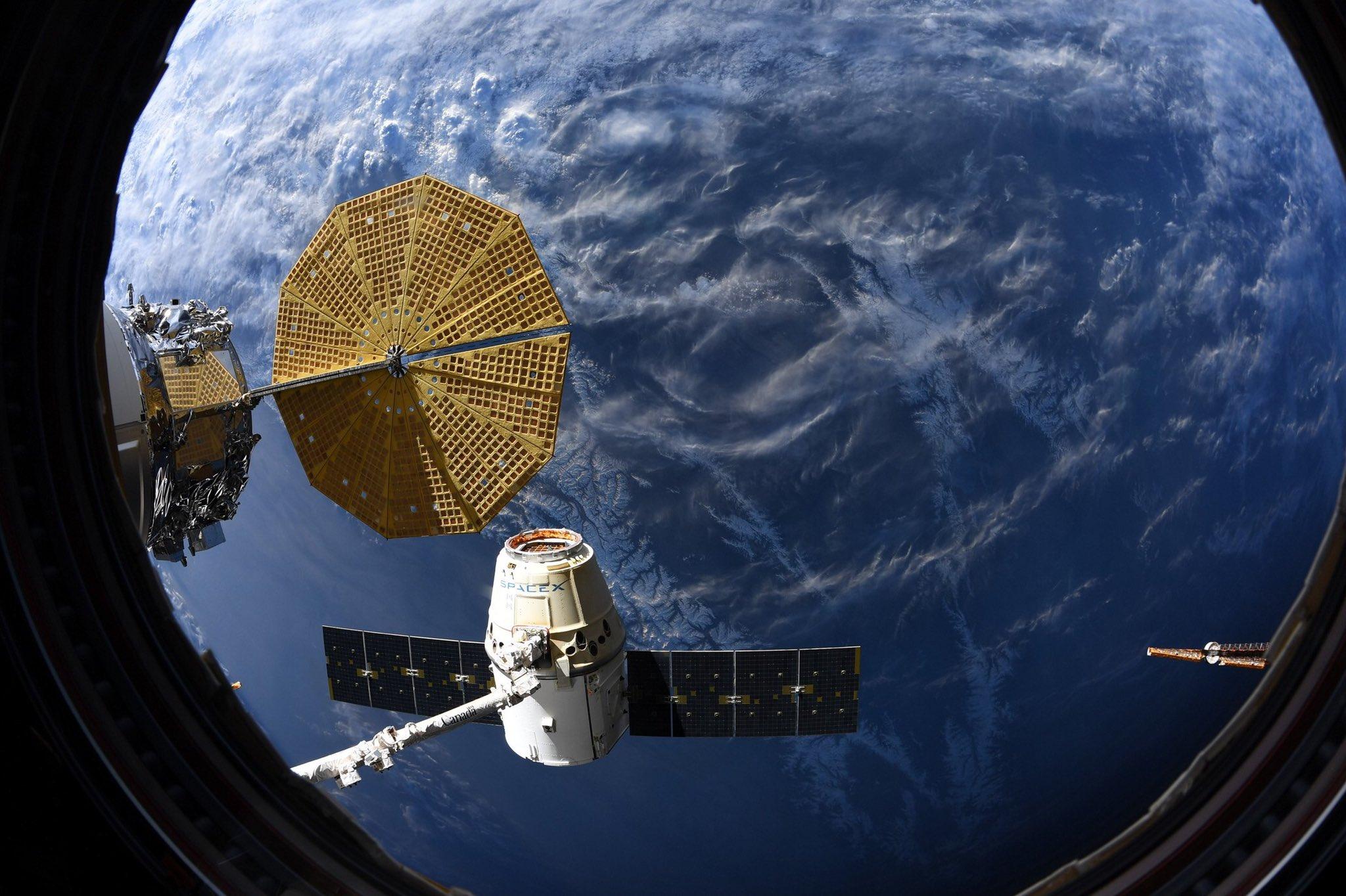 Imaginea 1: Capsula Dragon CRS-20, cu câteva momente înainte de a se desprinde de brațul robotic Canadarm2 al ISS (Sursa foto: Andrew Morgan-NASA)