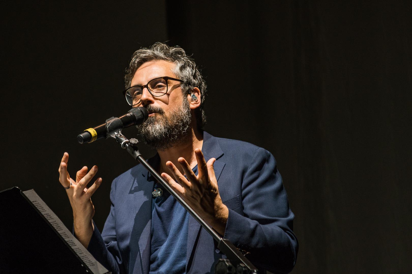 Brunori Sas immortalato nel momento più bello del suo spettacolo all'Ariston, il 27 aprile 2018