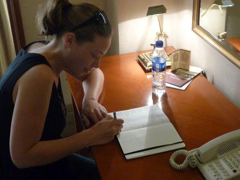 Ik zet mijn handtekening en Mieke tekent als getuige