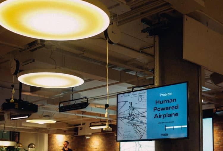 Bildschirm mit einer PowerPoint Präsentation während eines Vortrages