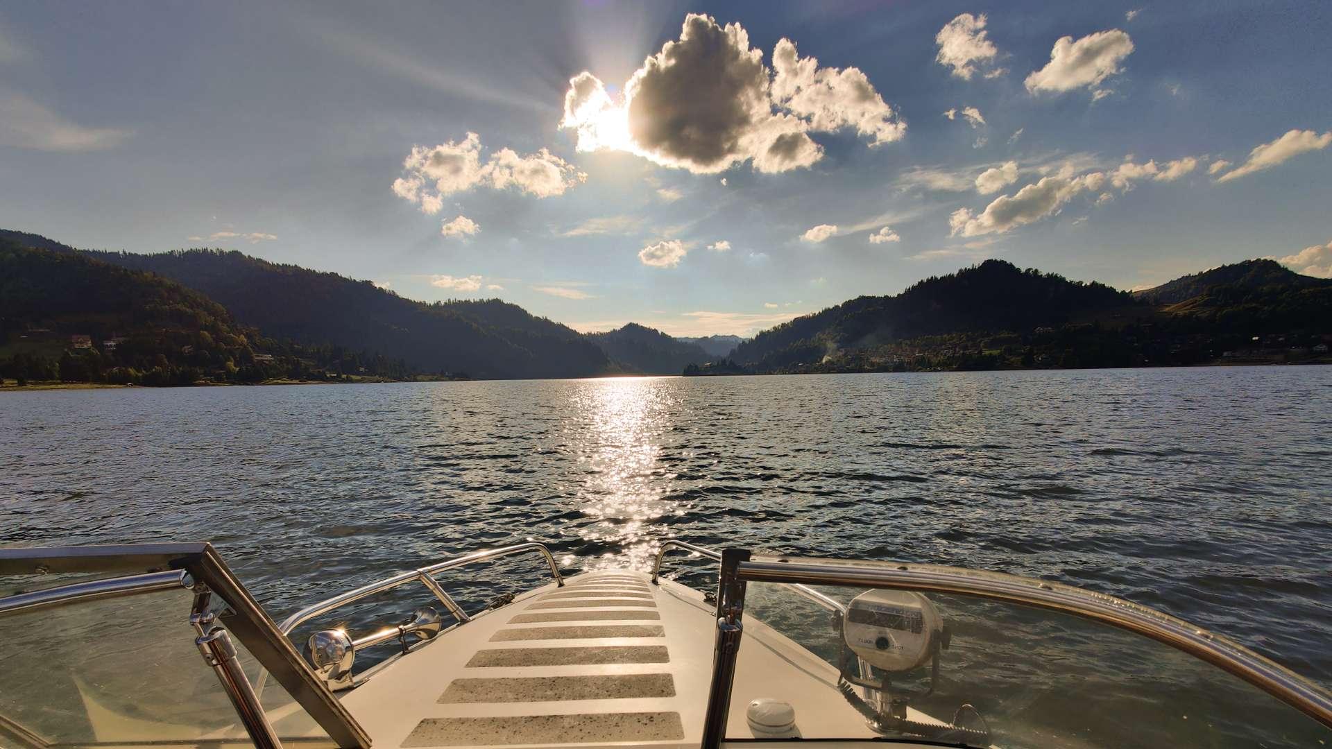 lumina lacului de pe barca