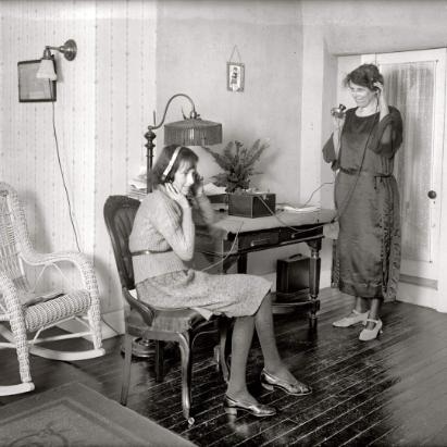 Слушательницы радио вВашингтоне, около 1922года. Источник: pinimg.com