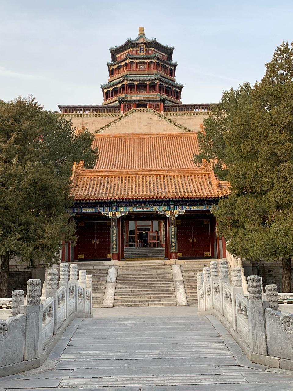 Uitzicht op de Tower of Buddhist Incense vanaf het water