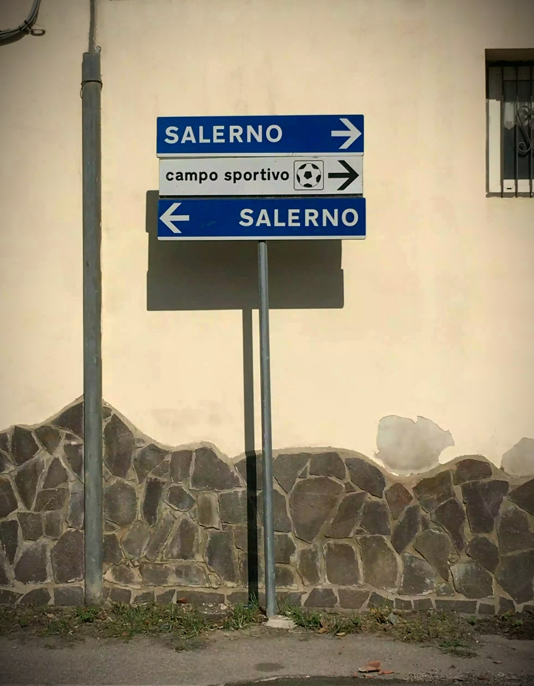 un simpatico cartello che mostra che in qualunque direzione vai, arrivi a Salerno