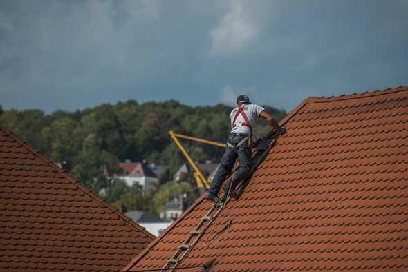man op een dak