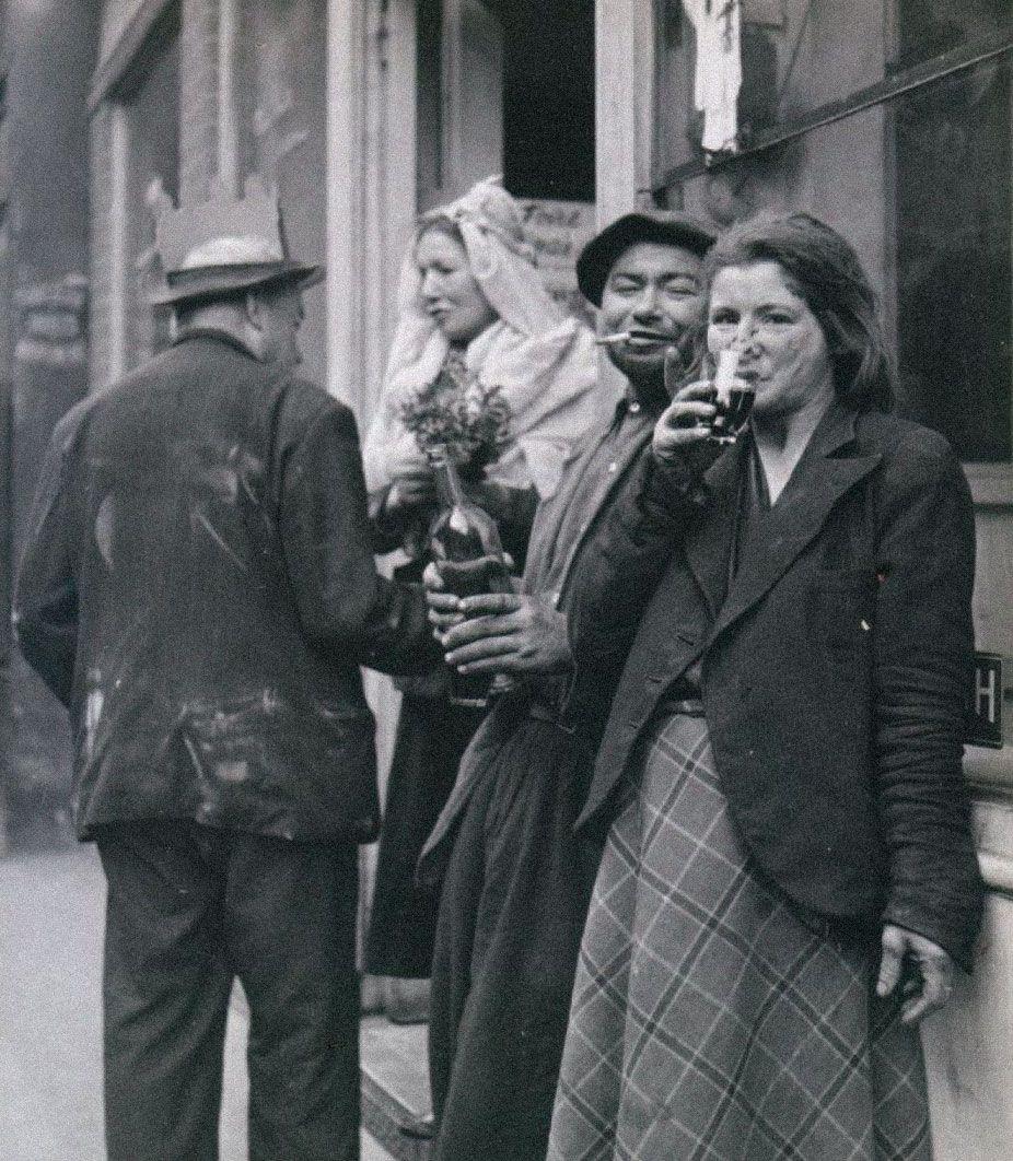 Клошары наулицах Парижа, 1930-1944годы. Фотограф Робер Дуано. Источник: robert-doisneau.com