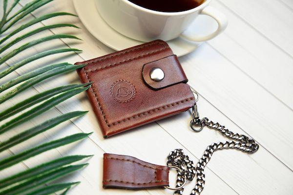 Attache métalique de porte cartes