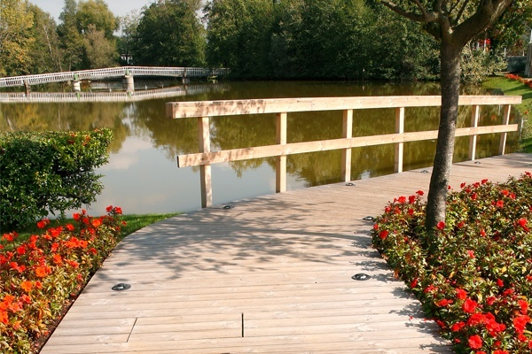 decking in legno bordo lago con parapetto