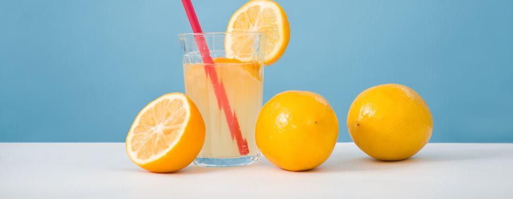 12 increíbles beneficios de tomar agua con limón - Featured image