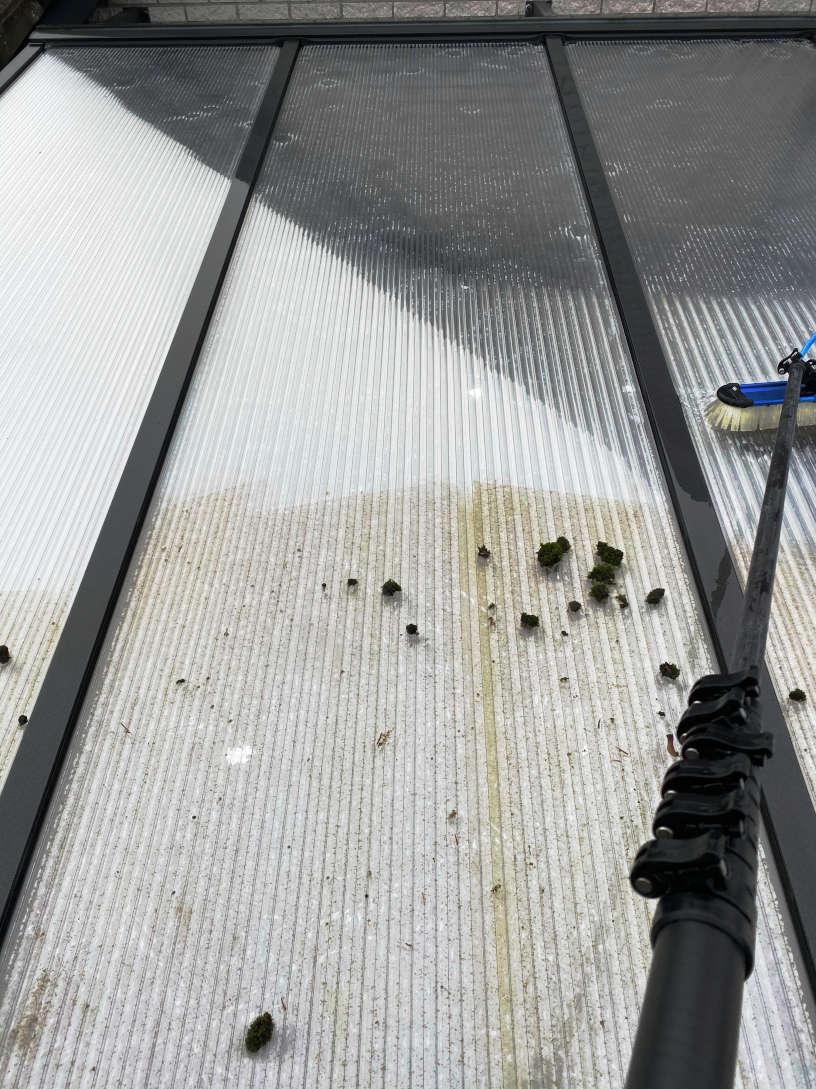 Plexiglas-platen met algen schoonspuiten