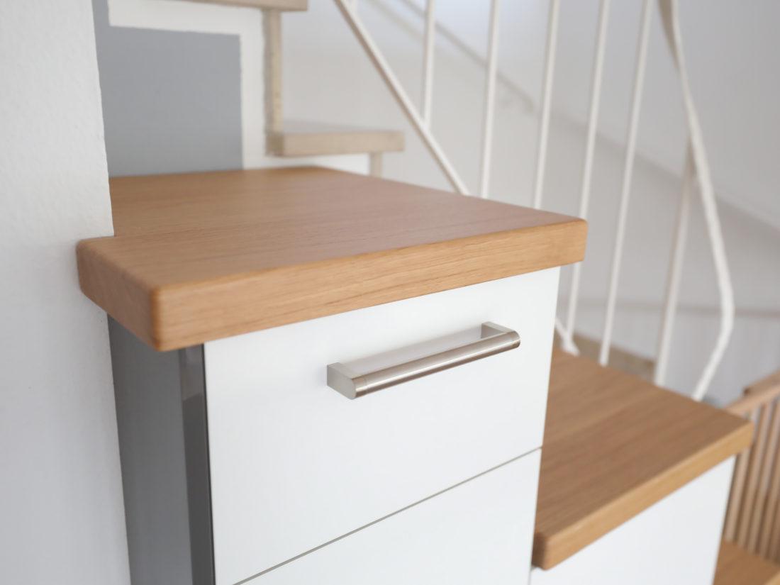 Für diesen Küchenschrank von RUPPERTdesign wurde geöltes Eichenholz verwendet. Die Front ist weiß glänzend mit grau glänzenden Seiten.