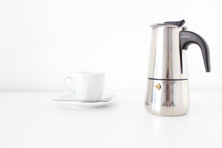 Espressokanne mit Tassen