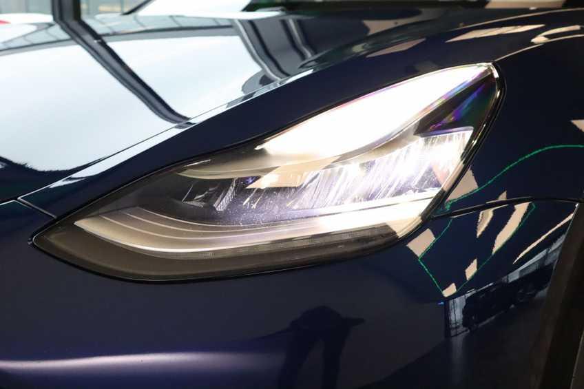 """Tesla Model 3 Long Range EX BTW 4% Bijtelling Navi Leder 18""""LM Blauw wit afbeelding 19"""